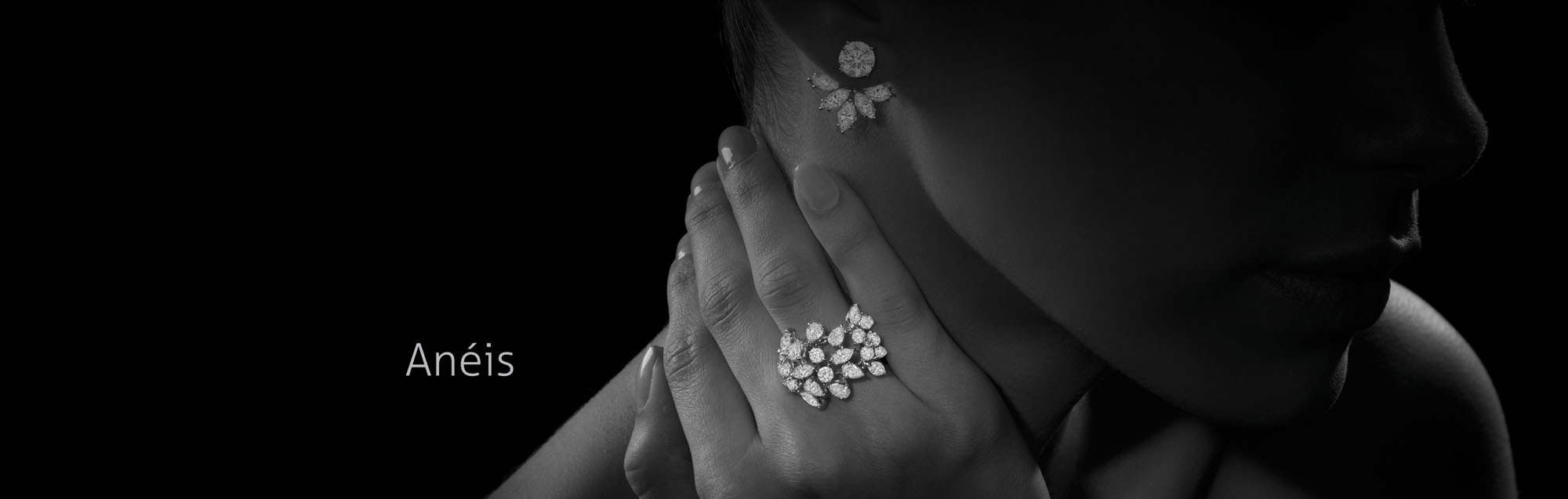 modelo usando anel em ouro branco com diamantes