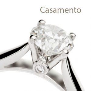 Anel em ouro branco com diamante solitário lapidação brilhante.