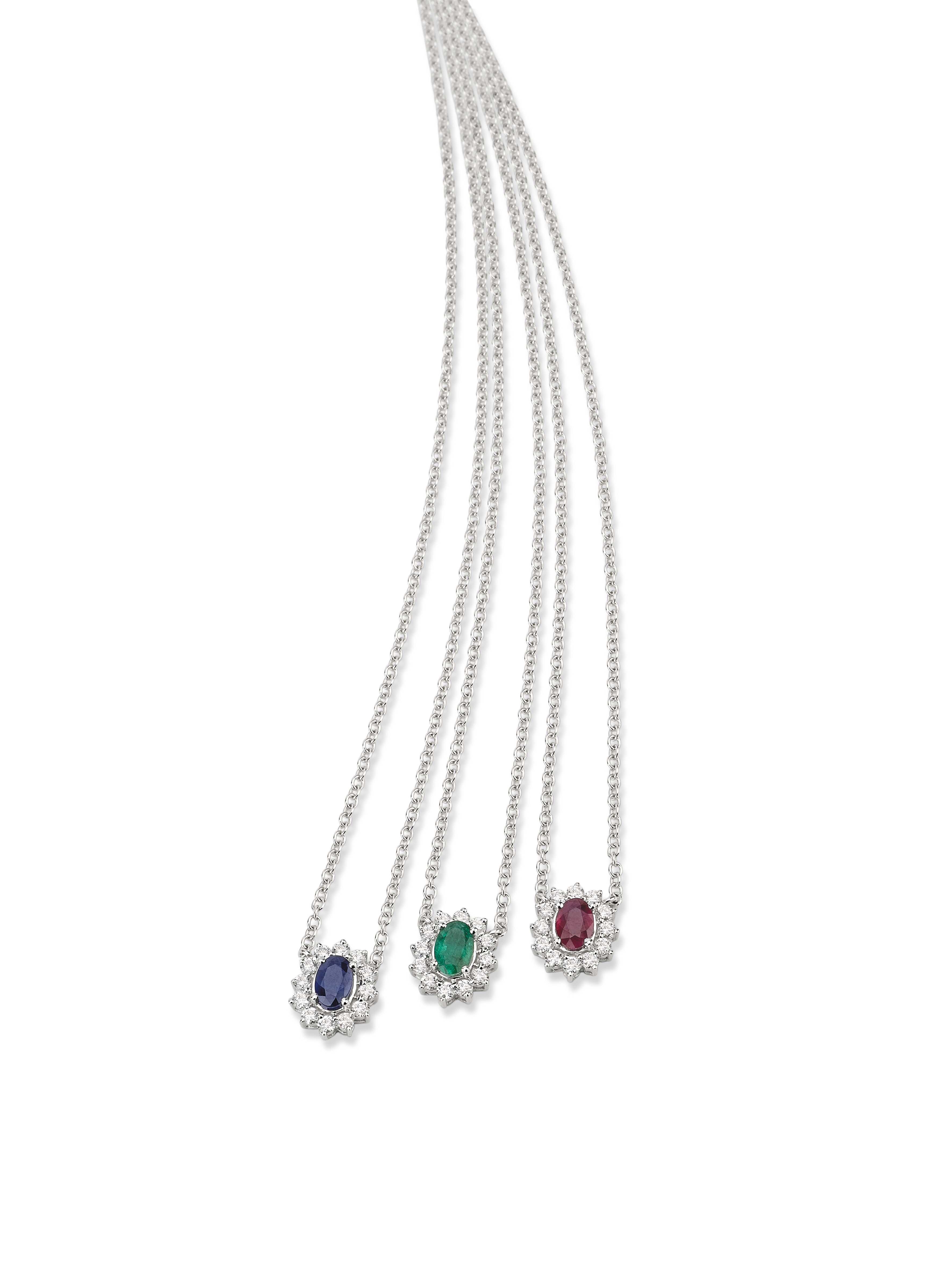 01f2bd33f8159 Gargantilhas em ouro branco com safira, esmeralda, rubi e diamantes.