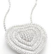 Gargantilha coração em ouro branco com diamantes.