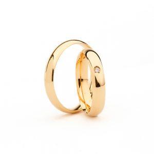 Alianças em ouro amarelo com pequeno diamante