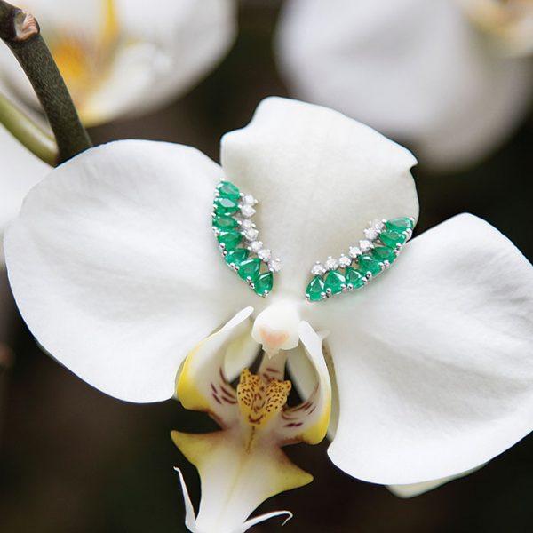 Brincos em ouro branco com esmeraldas lapidação gota e diamantes lapidação brilhante